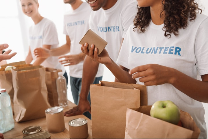 תרומת אוכל לנזקקים – כיצד ארגוני הצדקה עוזרים בכך